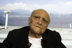 Oscar Niemeyer participa do lançamento de mais um número de sua revista, Nosso Caminho