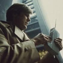 foto-de-divulgacao-mostra-homem-usando-o-prototipo-de-telefone-celular-dynatac-em-1973-1364989380089_300x300[1]